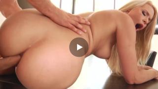 Analni sex sa plavokosom pickom